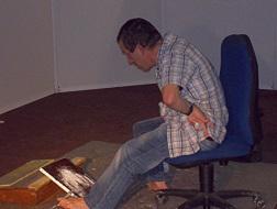 artiste peignant du pied