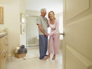 Couple de seniors dans leur salle de bain